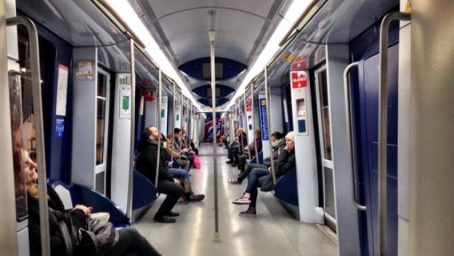 Viajeros en un vagón semivacío que circula por el MetroNorte.