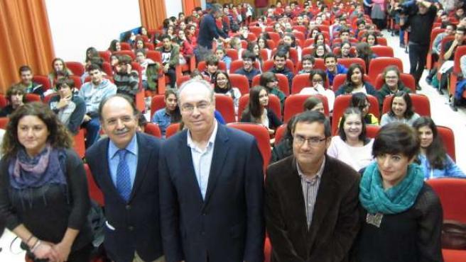 Durán (centro) con el equipo directivo del IES Maimónides, ante los alumnos