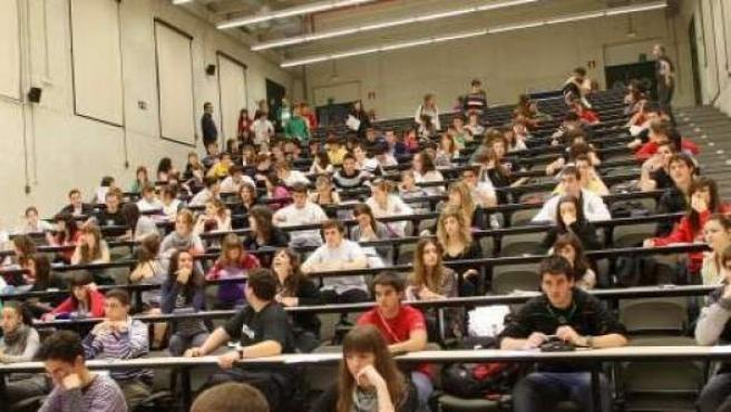 Imagen de archivo de un grupo de alumnos realizando un examen.