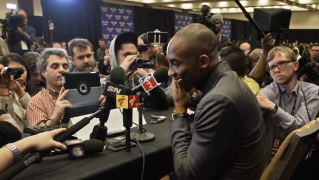 El jugador de Los Ángeles Lakers Kobe Bryant (c) ofrece una rueda de prensa en Toronto, Ontario, Canadá, el 12 de febrero del 2016.