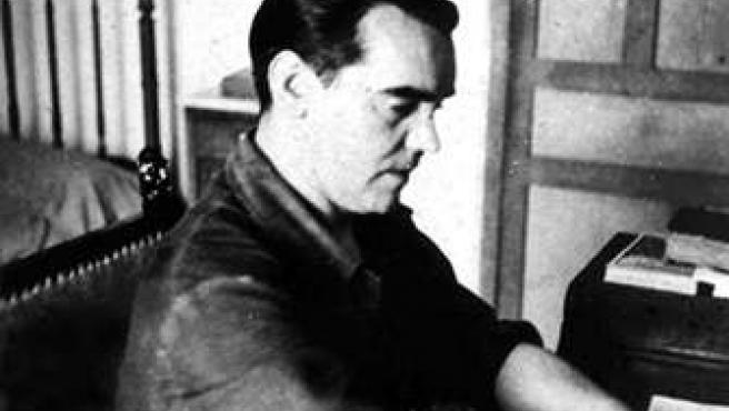 Federico García Lorca en su escritorio