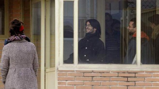 Raúl García Pérez (d), de 34 años, y Alfonso Lázaro de la Torre (c), de 29, los dos titiriteros encarcelados desde el pasado sábado acusados de ensalzar a ETA y Al Qaeda en un espectáculo de carnaval celebrado en Madrid, a su salida de la cárcel de Soto del Real (Madrid).