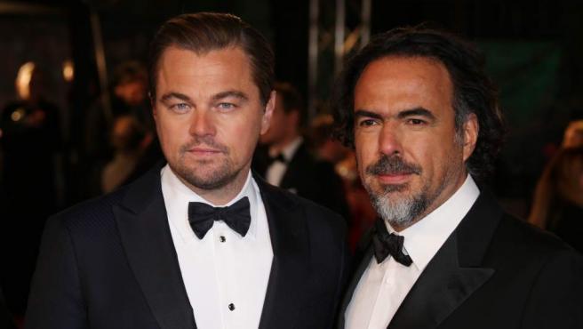Leonardo DiCaprio posa con Alejandro González Iñárritu, protagonista y director de 'El renacido'.