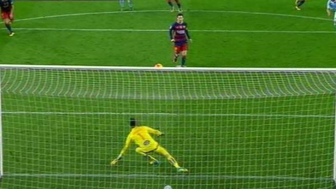 Momento en el que Messi, en vez de tirar a puerta en el penalti, se la cede a Suárez para que marque.