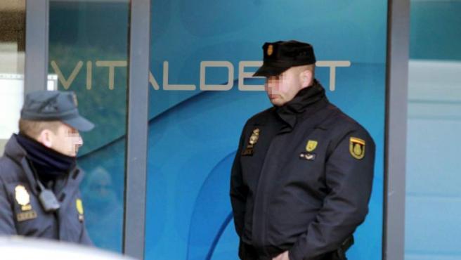 Policía en una de las sedes de Vitaldent.