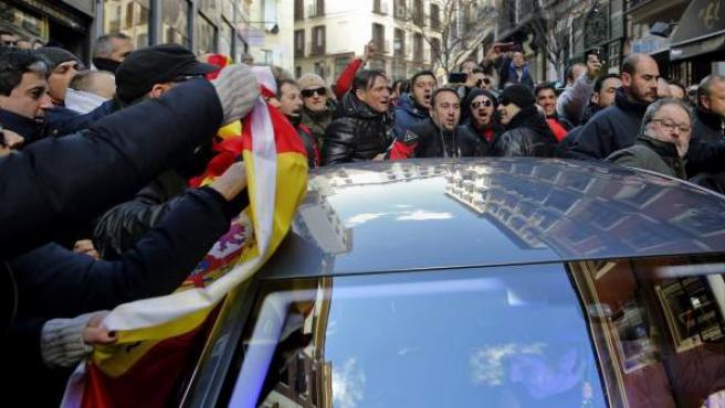 El concejal de Salud, Seguridad y Emergencias de Madrid, Javier Barbero, es increpado por policías a la salida de las dependencias municipales.