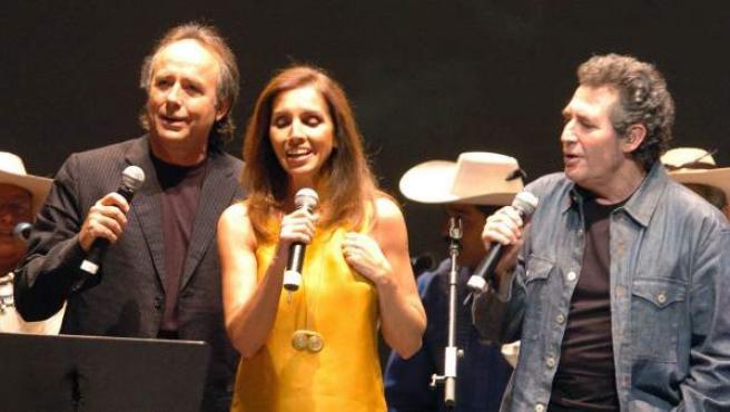 Los cantantes Joan Manuel Serrat, Ana Belén y Víctor Manuel, durante un concierto en la Casa Campo de Madrid en 2005.
