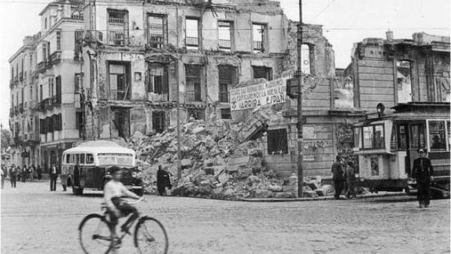 Un edificio de Gijón destruido tras la Guerra Civil.