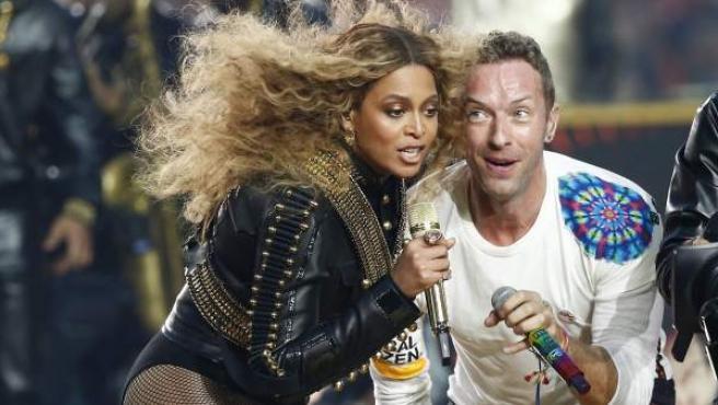 Beyoncé canta junto a Chris Martin, líder del grupo Coldplay, en la 50 edición de la Super Bowl.