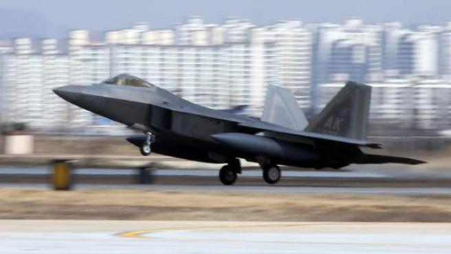 Uno de los cuatro cazas de las fuerzas aéreas de Estados Unidos despega en la base de Osan.