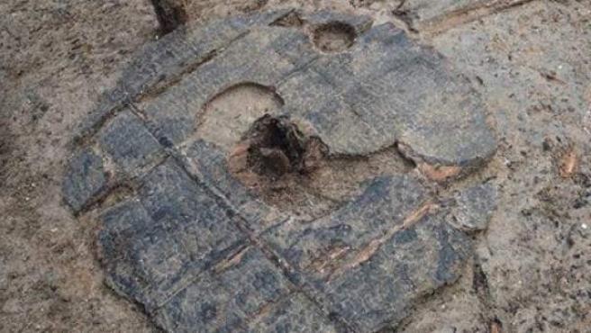 Una rueda de madera completa de 3.000 años de antigüedad hallada en el enclave de excavaciones arqueológicas de Must Farm, en Reino Unido.