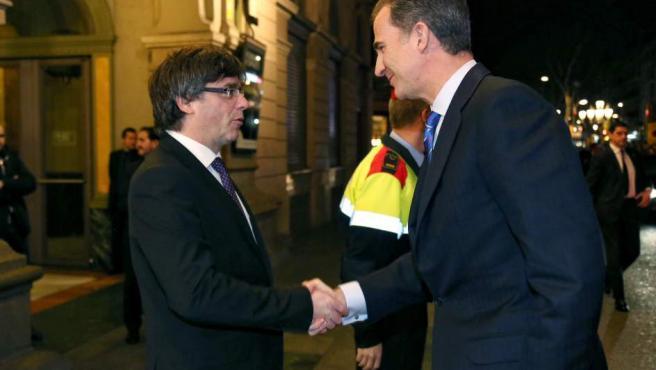 Momento del saludo entre el rey Felipe VI y el presidente de la Generalitat, Carles Puigdemont.