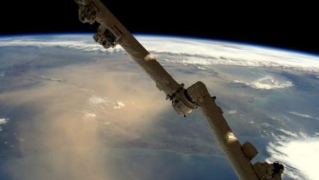 Una gran nube de arena cubrió este domingo España y Portugal según demuestra esta fotografía del astronauta británico en órbita Tim Peake.