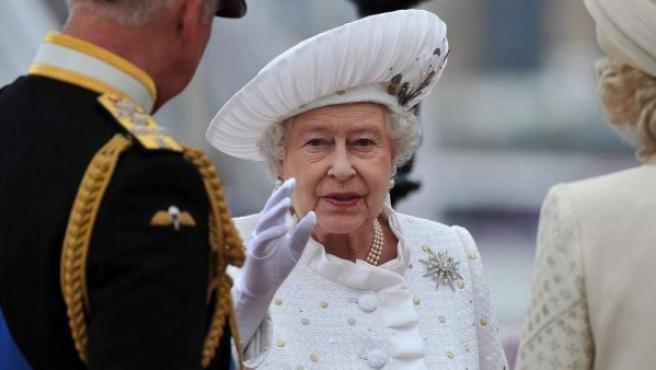 La reina Isabel II saludando.