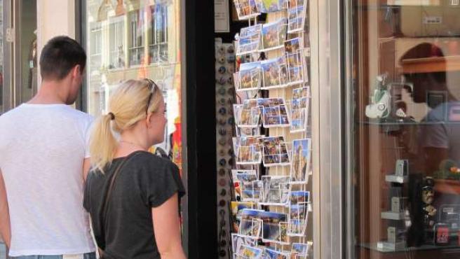 Turista, rubia, extranjero, compras, turismo, souvenirs, recuerdos, postales