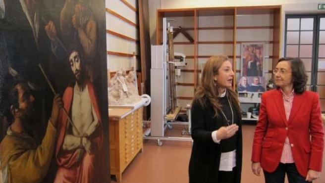 La consejera andaluza de Cultura, Rosa Aguilar, visita el taller de restauración