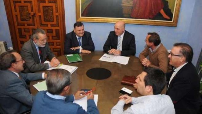 Ruiz (centro) durante el encuentro mantenido con los GRD