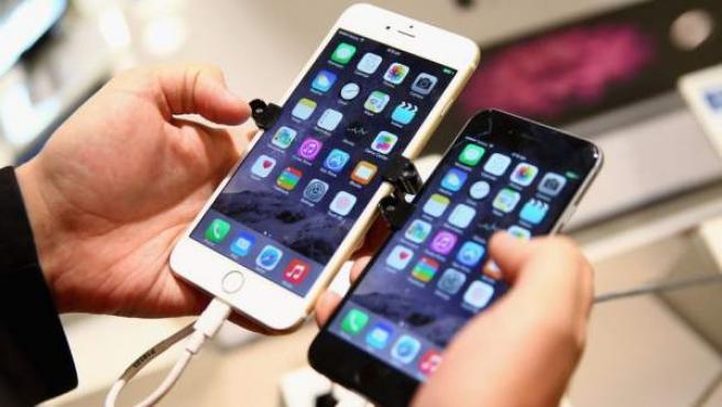 Dos iPhone con sistema operativo iOS.