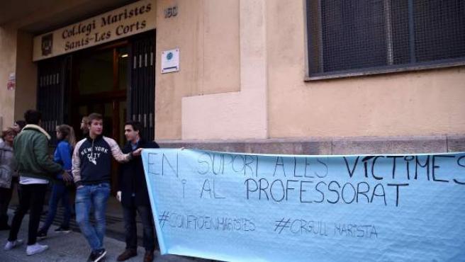 Un centenar personas realizando una cadena humana ante el colegio Maristes Sants-Les Corts en solidaridad con las víctimas y el profesorado, por el caso del abusador confeso Joaquim Benítez.