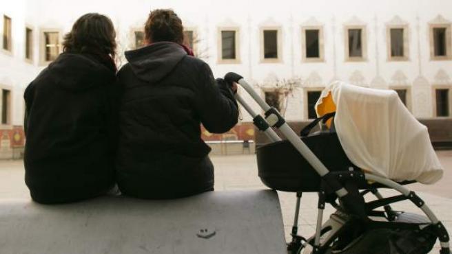 Silvia y Gema, pareja de lesbianas, han sido madres usando la técnica de la inseminación casera y el esperma de un banco de semen danés.