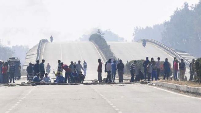 Manifestantes de la comunidad jat bloquean la autopista cerca de Panipat.