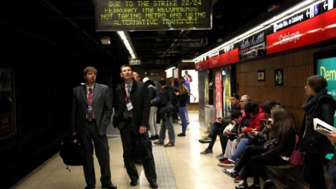 Congresistas del MWC esperando el metro en la parada de Catalunya durante la huelga.
