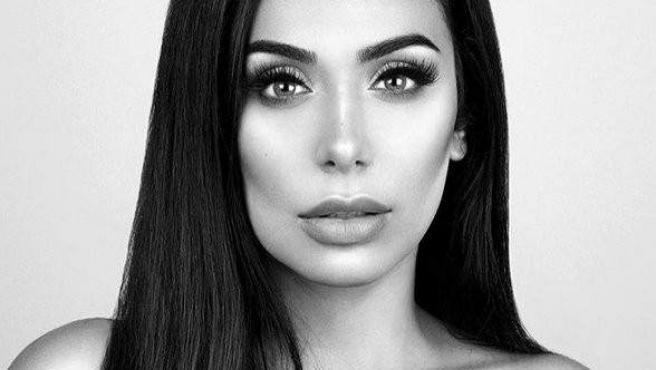 Huda Kattan, la youtuber de belleza que se ha convertido, gracias a las redes sociales, en la doble de Kim Kardashian.