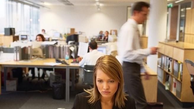 Una mujer, trabajando en una oficina.