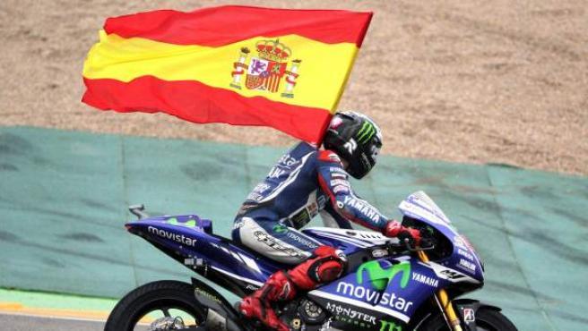 El piloto español de MotoGP Jorge Lorenzo (Movistar Yamaha) celebra su victoria en el Gran Premio de Aragón de Motociclismo que se ha disputado en el circuito de Motorland de Alcañiz (Teruel).