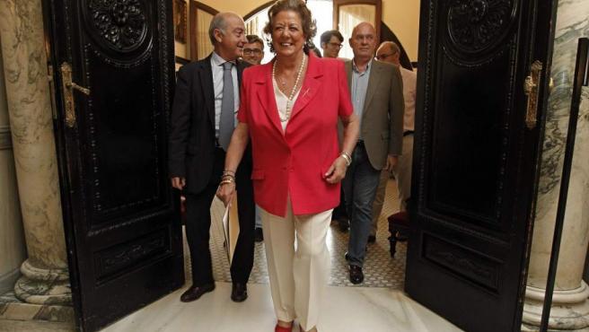 Rita Barberá sale de su antiguo despacho en el Ayuntamiento de Valencia.