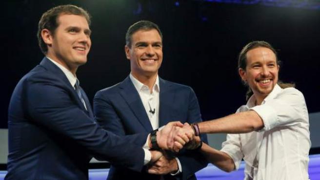 Los candidatos a la Presidencia del Gobierno de Ciudadanos, Albert Rivera (i); PSOE, Pedro Sánchez (c); y Podemos, Pablo Iglesias (d), durante un debate digital organizado por el periódico El País.