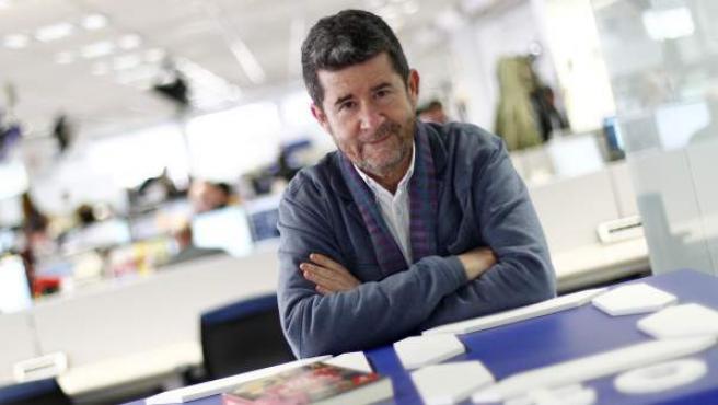 El periodista Carlos Santos, en la redacción de 20minutos