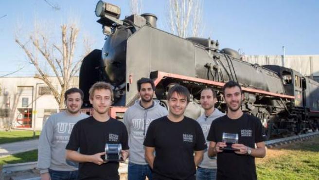 Los cinco estudiantes de la UPV que ganaron la categoría de diseño del concurso Hyperloop y el profesor Vicente Dolz.