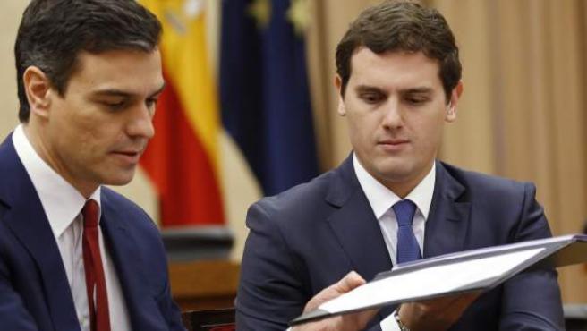 Pedro Sánchez y Albert Rivera, firmando en 2016 un pacto de investidura.