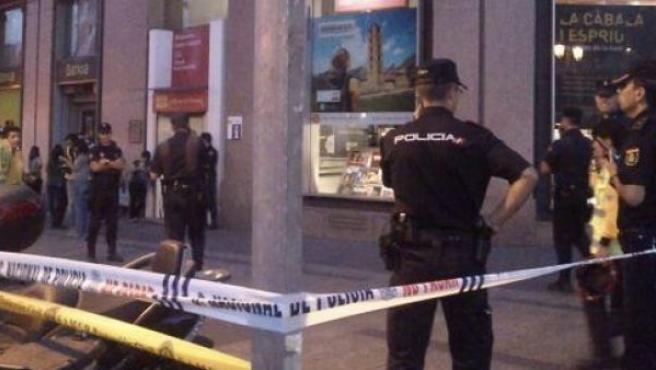 La Policía acordona la acera frente a la librería Blanquerna. El acto institucional se celebra en el patio.
