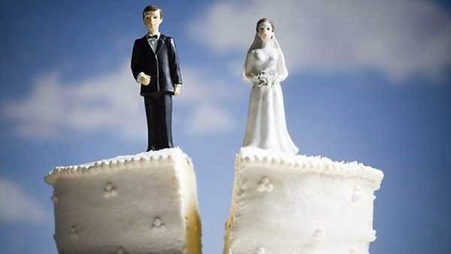 Representación de un divorcio con una tarta nupcial.