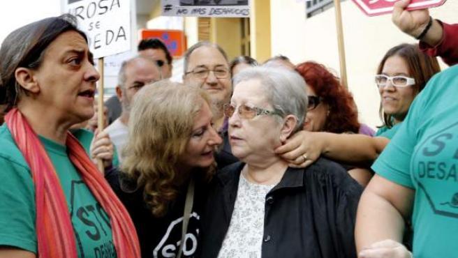 Rosa, rodeada de activistas antidesahucios durante la movilización para evitar su desalojo, frente a su casa de Valencia.