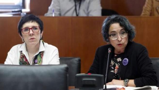 Amparo Bella (i), durante su comparecencia.