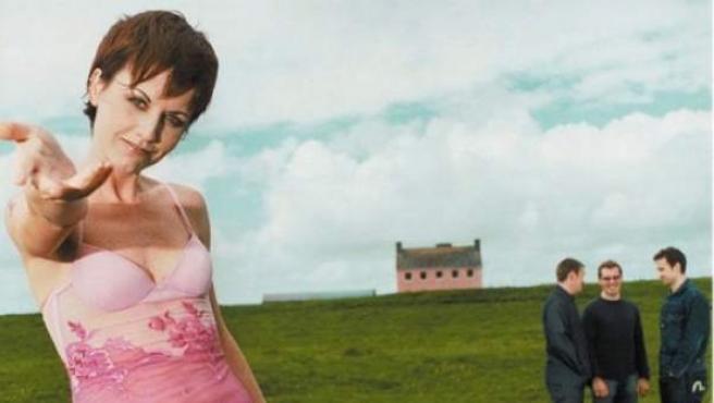 El cuarteto The Cranberries, liderado por Dolores O'Riordan (izda.).