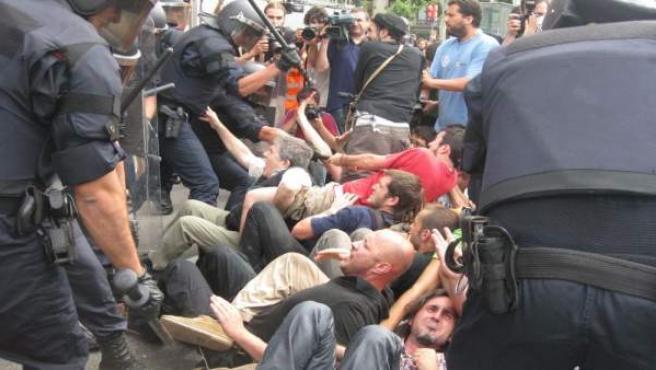 Los Mossos aporrean a los indignados mientras hacían una sentada.