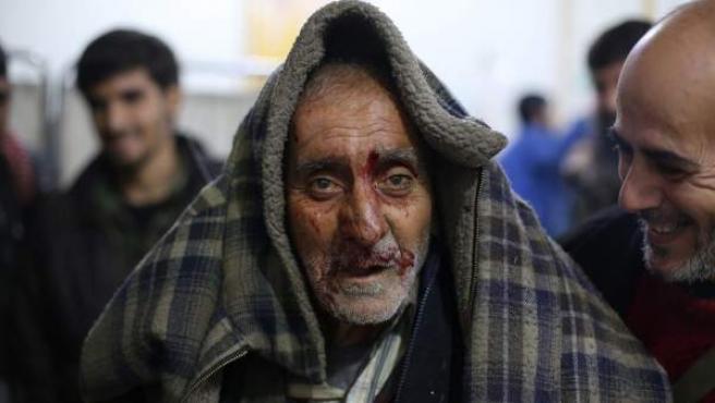 Un hombre recibe tratamiento médico tras resultar herido durante los bombardeos del gobierno en el principal bastión rebelde en Duma (Siria).