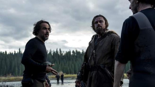 González Iñárritu da órdenes a DiCaprio durante el rodaje de 'El renacido', la cinta más nominada en los Oscar 2016.