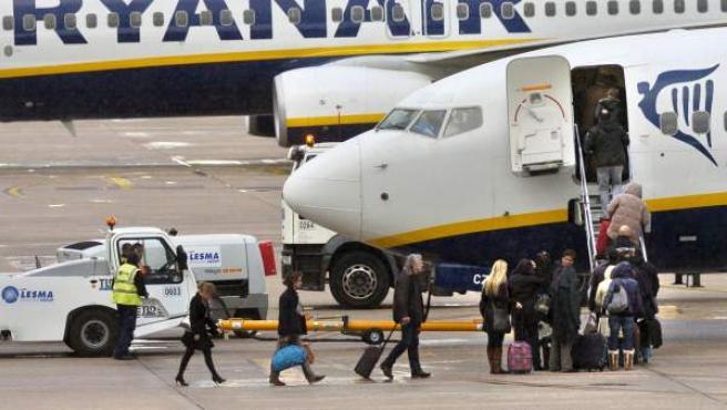 Pasajeros entrando en un avión de la compañía Ryanair.
