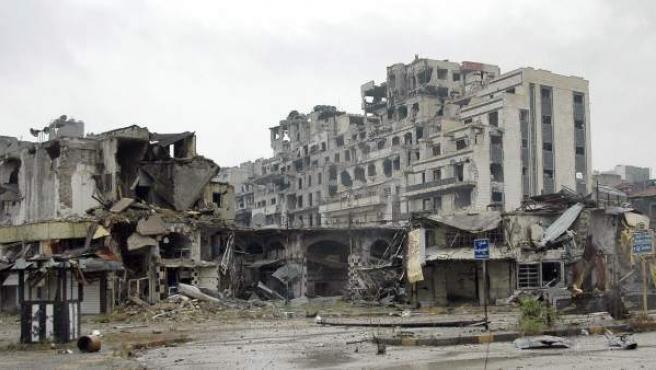 Vista de varios edificios destruidos en la ciudad de Homs, Siria.