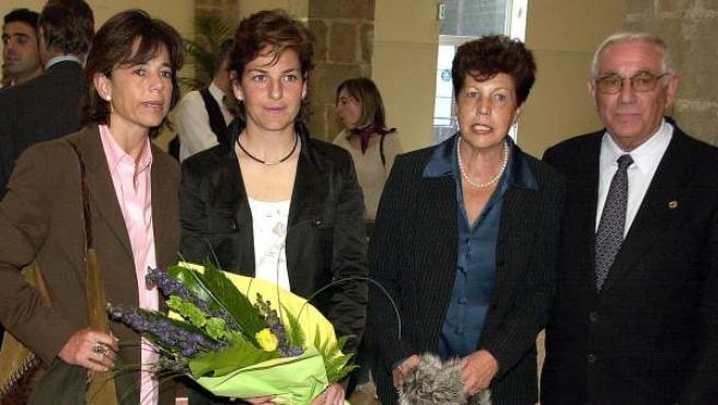 Arantxa Sánchez Vicario y sus padres, en el Godó de 2003.