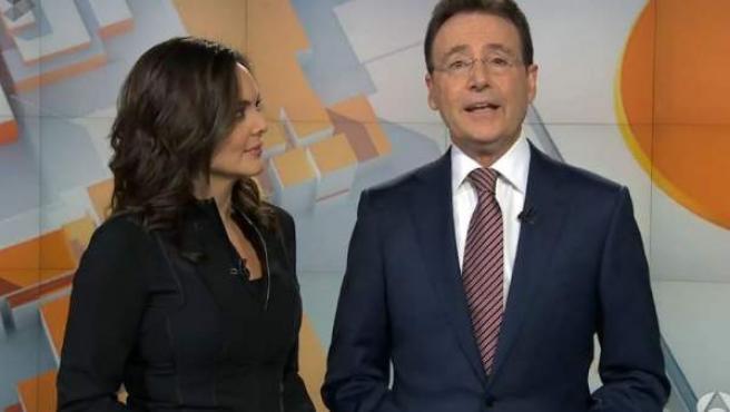 Mónica Carrillo y Matías Prats, en el regreso del veterano periodista tras tres meses de baja por problemas en su ojo izquierdo.