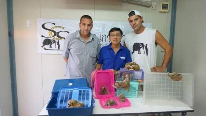 Frank Cuesta y los socios de su asociación con los animales rescatados.