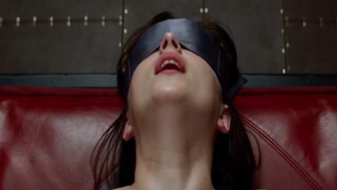 Dakota Johnson representando a Anastasia Steele en 'Cincuenta sombras de Grey'.