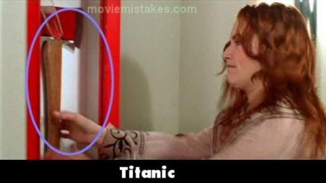 El cristal que protege este hachaen 'Titanic' aparece y desaparece.