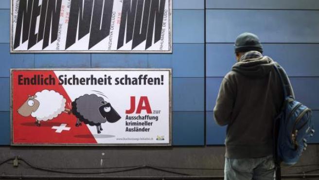 Carteles de campaña a favor y en contra del referéndum en Suiza que pretendía expulsar a extranjeros que cometieran delitos menores.